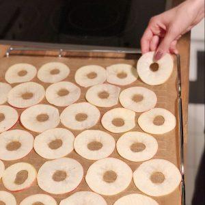 Äpfel auf's Blech legen